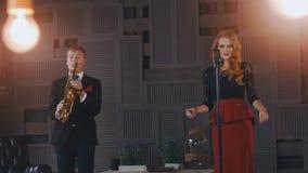 Το ντουέτο της Jazz αποδίδει στη σκηνή Saxophonist στο κοστούμι Αοιδός στο αναδρομικό ύφος καλλιτεχνών φιλμ μικρού μήκους