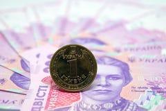 Το νόμισμα είναι ένα hryvnia στα πλαίσια του τραπεζογραμματίου εγγράφου Στοκ Φωτογραφία