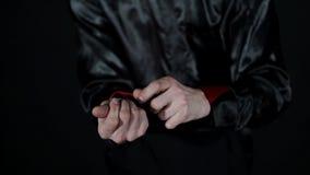Το νόμισμα εξαφανίζεται από τα χέρια και τον καπνό μάγων ` s που βγαίνουν από το χέρι του απόθεμα βίντεο