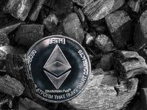Το νόμισμα Cryptocurrency eth βρίσκεται στον άνθρακα Μεταλλεία και ενέργεια για τη μεταλλεία στοκ εικόνες
