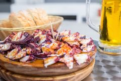 Το νόστιμο ξύλινο πιάτο του της Γαλικίας ύφους μαγείρεψε το χταπόδι με το ελαιόλαδο πάπρικας και gallega pulpo Λα Στοκ φωτογραφία με δικαίωμα ελεύθερης χρήσης