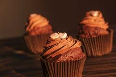 Το νόστιμο σπίτι έκανε τα ψημένα muffins γενεθλίων γλυκά Yummy προϊόντα αρτοποιίας κακά για τον αριθμό Ανθυγειινά γλυκά Διακοπές  στοκ φωτογραφία
