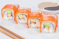 Το νόστιμο φρέσκο σούσι κυλά με το ρύζι, τυρί κρέμας, γαρίδες, avocad Στοκ εικόνες με δικαίωμα ελεύθερης χρήσης