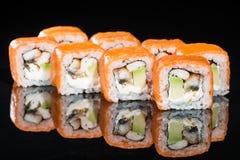 Το νόστιμο φρέσκο σούσι κυλά με το ρύζι, τυρί κρέμας, γαρίδες, avocad Στοκ Φωτογραφίες