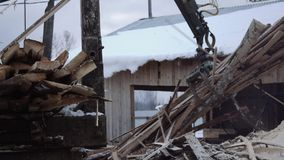Το νύχι γερανών φορτωτών φορτηγών παίρνει τα ξύλινα απόβλητα ξυλείας φιλμ μικρού μήκους
