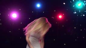 Το ξένοιαστο κορίτσι χορεύει ενάντια στα φω'τα disco κίνηση αργή φιλμ μικρού μήκους