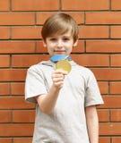 Το ξανθό αγόρι είναι ευτυχές χρυσό μετάλλιο - πρωτοπόρος Στοκ εικόνες με δικαίωμα ελεύθερης χρήσης