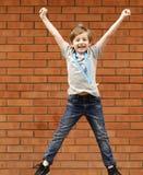 Το ξανθό αγόρι είναι ευτυχές χρυσό μετάλλιο - πρωτοπόρος Στοκ Φωτογραφίες