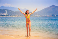 Το ξανθό λεπτό κορίτσι στο μπικίνι θέτει στο toe ακρών στην παραλία Στοκ φωτογραφία με δικαίωμα ελεύθερης χρήσης