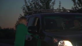 Το ξανθό κορίτσι είναι πιασμένο αυτοκίνητο στο δρόμο απόθεμα βίντεο