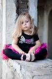 το ξανθό κορίτσι καταστρέφ& Στοκ εικόνες με δικαίωμα ελεύθερης χρήσης