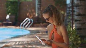 Το ξανθό κορίτσι λερώνει τα όπλα με Sunscreen την ηλιόλουστη ημέρα φιλμ μικρού μήκους