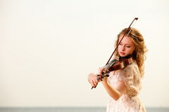 Το ξανθό κορίτσι με ένα βιολί υπαίθριο Στοκ Φωτογραφία