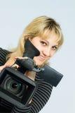 Το ξανθό κορίτσι παίρνει τα επαγγελματικά βιντεοκάμερα. Στοκ Φωτογραφίες
