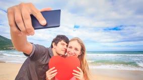 Το ξανθό κορίτσι τύπων κάνει Selfie με το φιλί καρδιών στην κυματωγή κυμάτων παραλιών απόθεμα βίντεο