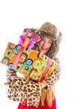 Το ξανθό κορίτσι χειμερινών παιδιών με συσσωρευμένος παρουσιάζει το χαμόγελο Στοκ Φωτογραφίες