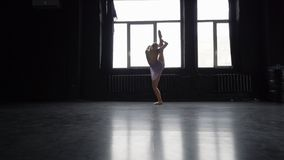 Το ξανθό κορίτσι χορευτών κάνει τη διάσπαση σε ένα πόδι απόθεμα βίντεο