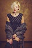 Το ξανθό πορτρέτο κοριτσιών στις συγκινήσεις στούντιο Στοκ Εικόνες