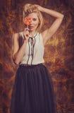 Το ξανθό πορτρέτο κοριτσιών στις συγκινήσεις στούντιο Στοκ φωτογραφίες με δικαίωμα ελεύθερης χρήσης