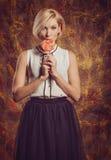 Το ξανθό πορτρέτο κοριτσιών στις συγκινήσεις στούντιο Στοκ Εικόνα