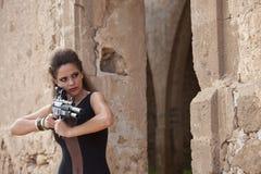 το ξανθό πυροβόλο όπλο κοριτσιών γκάγκστερ παιδιών εγκληματικό απομόνωσε το λευκό όπλων παιχνιδιού μηχανών Στοκ φωτογραφία με δικαίωμα ελεύθερης χρήσης