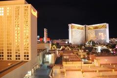 Το ξενοδοχείο αντικατοπτρισμού και η χαρτοπαικτική λέσχη, μητροπολιτική περιοχή, πόλη, μητρόπολη, νύχτα στοκ εικόνα