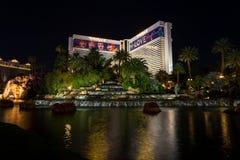 Το ξενοδοχείο και η χαρτοπαικτική λέσχη αντικατοπτρισμού τη νύχτα στοκ εικόνα