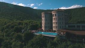 Το ξενοδοχείο είναι με μορφή ενός κάστρου, ο πυροβολισμός κομμάτων λιμνών με τον κηφήνα απόθεμα βίντεο