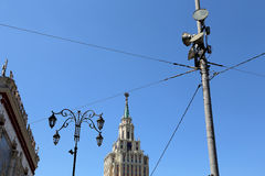 Το ξενοδοχείο Leningradskaya Hilton στην πλατεία Komsomolskaya, έχει χτιστεί το 1954 Μόσχα Ρωσία Στοκ Εικόνες
