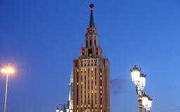Το ξενοδοχείο Leningradskaya Hilton στην πλατεία Komsomolskaya, έχει χτιστεί το 1954 νύχτα Μόσχα Ρωσία Στοκ Φωτογραφίες
