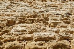 Το ξεπερασμένο υπόβαθρο σύστασης ασβεστόλιθων, φραγμοί κάνει τους τεράστιους τοίχους πετρών του κάστρου του οχυρού Στοκ Φωτογραφίες