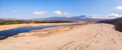 Το ξηρό φράγμα theewaterskloof κοντά στο Καίηπτάουν στοκ εικόνα