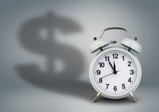 Το ξυπνητήρι με τη σκιά δολαρίων, χρόνος είναι έννοια χρημάτων Στοκ Φωτογραφία