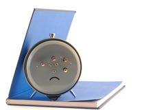 Το ξυπνητήρι που στέκεται στο ανοικτό βιβλίο Στοκ Φωτογραφίες