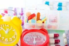 Το ξυπνητήρι στο ιατρικό πακέτο φουσκαλών παρουσιάζει χρόνο ιατρικής Στοκ Εικόνα
