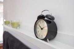 Το ξυπνητήρι τοποθετεί σε ράφι Στοκ Φωτογραφίες