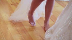 Το ξυπόλυτο κορίτσι έρχεται στο φόρεμα απόθεμα βίντεο