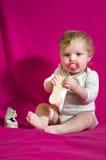 Το ξυπόλυτο παιδί μωρών φορά τα παπούτσια Στοκ φωτογραφία με δικαίωμα ελεύθερης χρήσης