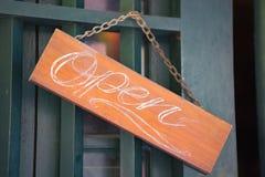 Το ξύλινο ανοικτό σημάδι επάνω το ανοικτό σημάδι στην πόρτα εισόδων Ευπρόσδεκτη πόρτα signe υποδοχή σημαδιών Στοκ Φωτογραφίες