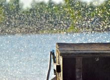 Το ξύλινο αντικείμενο με το φωτισμένο νερό ρίχνει τη φωτογραφία αποθεμάτων στοκ εικόνες