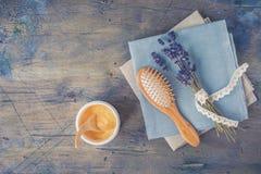 Το ξύλινο κρανίο και το μασάζ βουρτσίζουν και κτενίζουν, μάσκα τρίχας με φυσικό lavender στο αγροτικό υπόβαθρο στοκ φωτογραφία