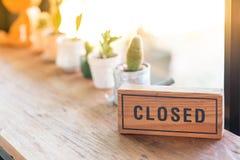Το ξύλινο σημάδι λέει κλειστός στοκ φωτογραφίες με δικαίωμα ελεύθερης χρήσης