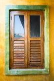 Το ξύλινο σπίτι πορτών παραθύρων διακοσμεί Στοκ εικόνα με δικαίωμα ελεύθερης χρήσης