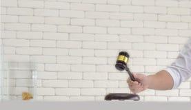 Το ξύλινο σφυρί δημοπρασίας στο χέρι ατόμων περιμένει να δημοπρατήσει Στοκ Φωτογραφίες