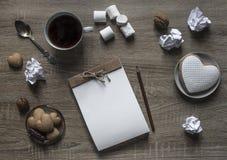 Το ξύλινο υπόβαθρο βρίσκεται marshmallow καφέ κουπών μολυβιών καρδιών μπισκότων πιάτων σημειωματάριων τεχνών scrapbooking καφετί  Στοκ Εικόνες