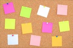 Το ξύλινο υπόβαθρο πινάκων φελλού με τη θέση αυτό σημειώνει στα διαφορετικά ακτινοβόλα χρώματα Επιφάνεια πινάκων φελλού Κλείστε ε στοκ φωτογραφίες