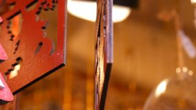 Το ξύλινο santa αντέχει το ειδώλιο με ένα ελάφι Χριστουγέννων που ταλαντεύεται στον αέρα Ξύλινα παιχνίδια Χριστουγέννων ως ντεκόρ απόθεμα βίντεο