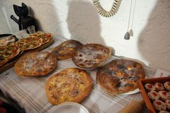 Το ξύλο έβαλε φωτιά στις ψημένα πίτσες και τα κέικ Στοκ εικόνες με δικαίωμα ελεύθερης χρήσης