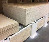 Το ξύλο αποθηκεύεται στην αποθήκη εμπορευμάτων στοκ φωτογραφία με δικαίωμα ελεύθερης χρήσης