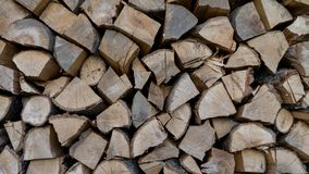 Το ξύλο είναι ξηρό πρίν γίνεται στον ξυλάνθρακα Ξυλεία Κούτσουρα πυρκαγιάς Φυσικό υπόβαθρο καυσόξυλου Woodpile στο πριονιστήριο στοκ φωτογραφίες με δικαίωμα ελεύθερης χρήσης